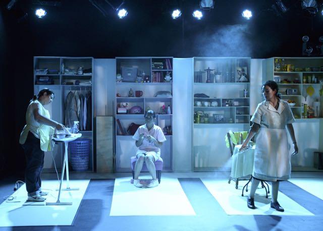 Nanas by Leonardo González at IATI Theater. Directed by Tatiana Pandiani. Set and Costume Design by Paula Castillo. Lighting Design by Lucrecia Briceño. Sound Design by Sokio. Photo credit: Marc Van Olmen.